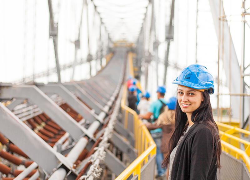 Fotografía de una mujer joven en una construcción que simula la del desarrollo departamental Blank, en Puebla, México.