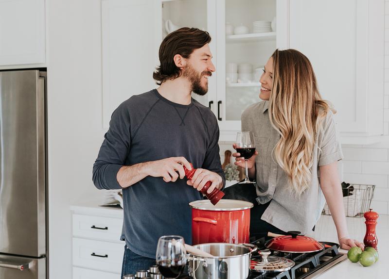 Fotografía de una pareja joven, en la cocina de su nuevo departamento, en el desarrollo Blank, en Puebla, México.