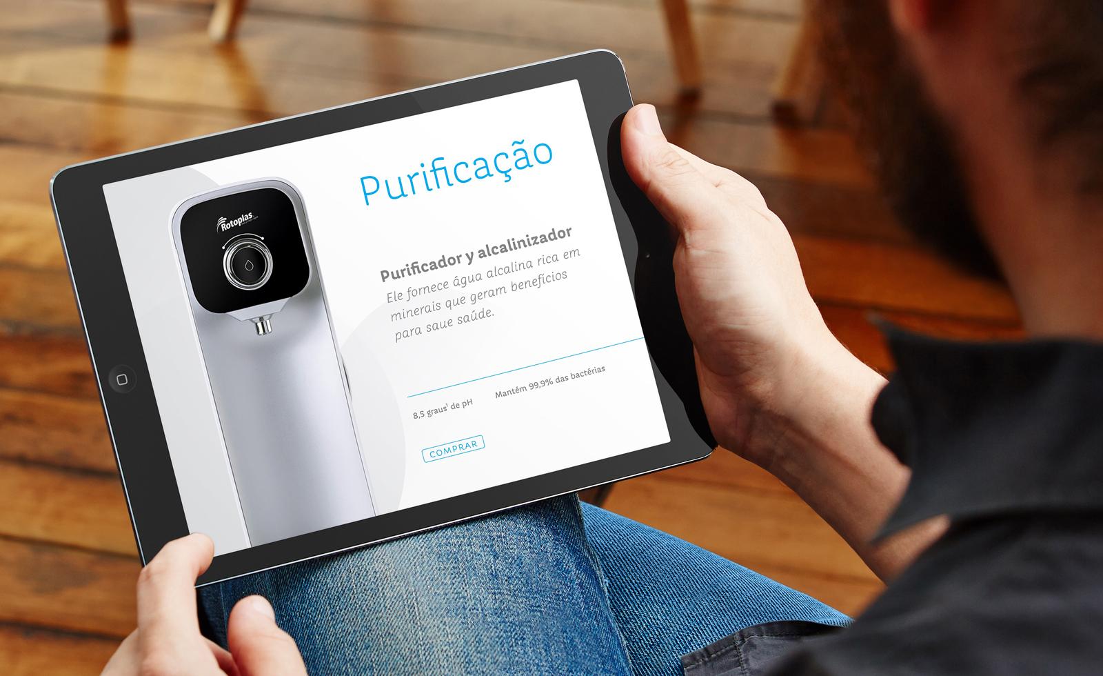 Hombre viendo el modelo y su descripción de un purificador de marca Rotoplas en un iPad.