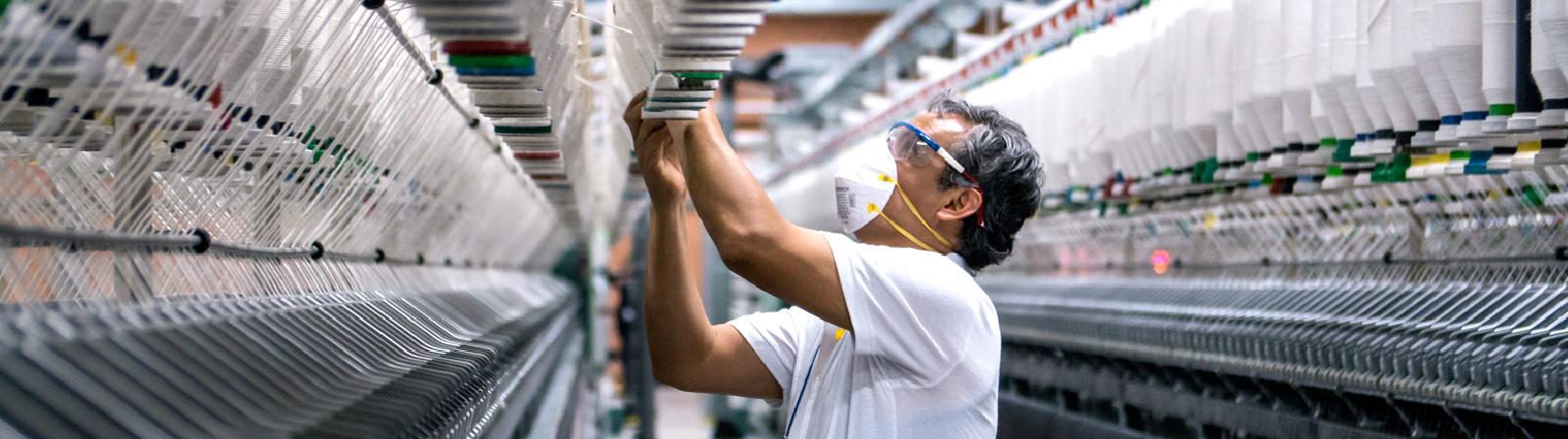 Empleado de Defils en la fábrica de Defils