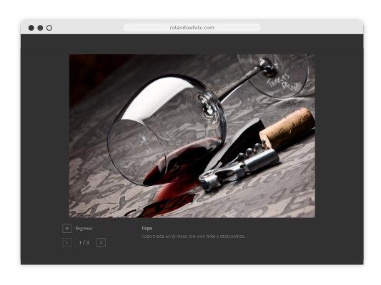 Foto de un vaso de vino tinto en una mesa en la página rolandowhite.com
